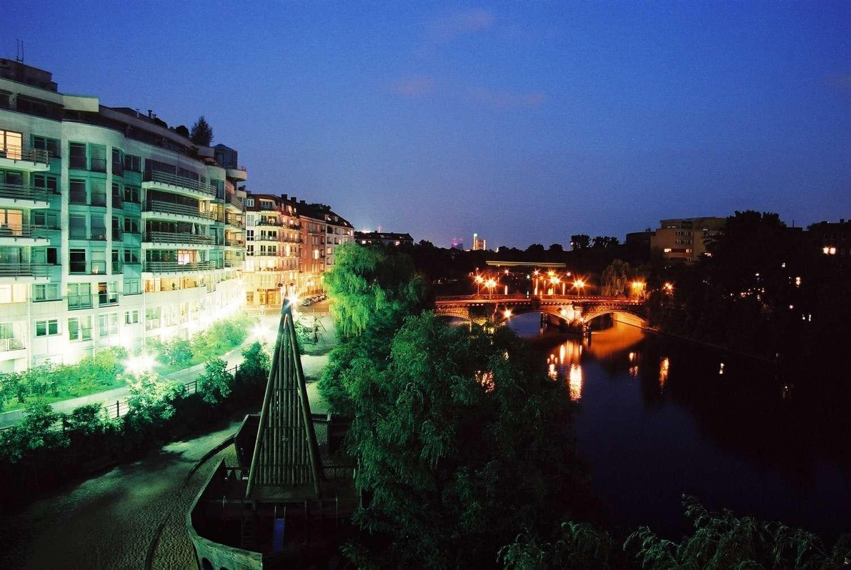 Gebäudeensemble bei Nacht