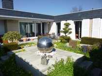 ALTWARMBÜCHEN Sonnendurchfluteter Gartenhof-Bungalow mit Design-Atriumgarten