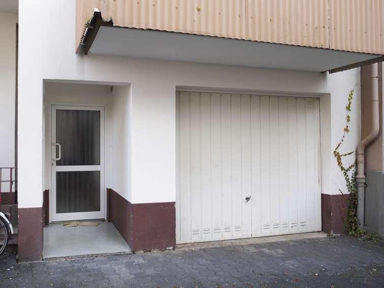 Eingangstür und Garage