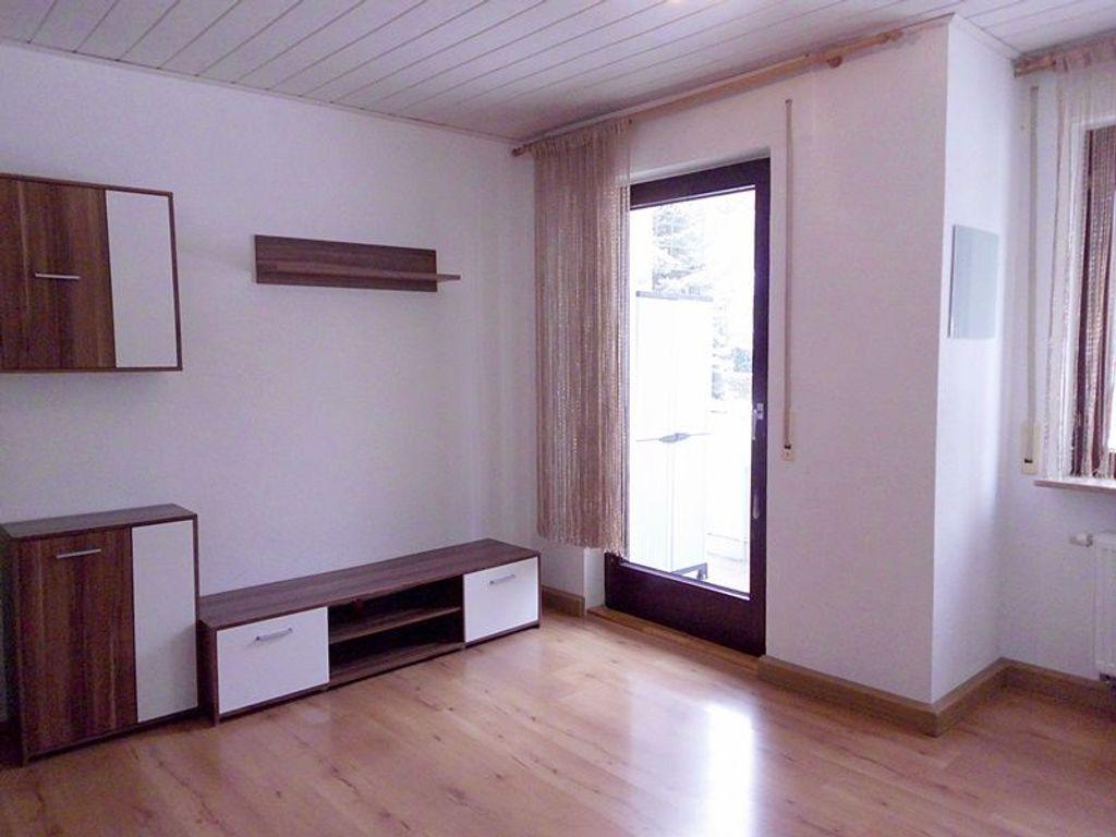 Wohn-/Esszimmer mit Ausgang au