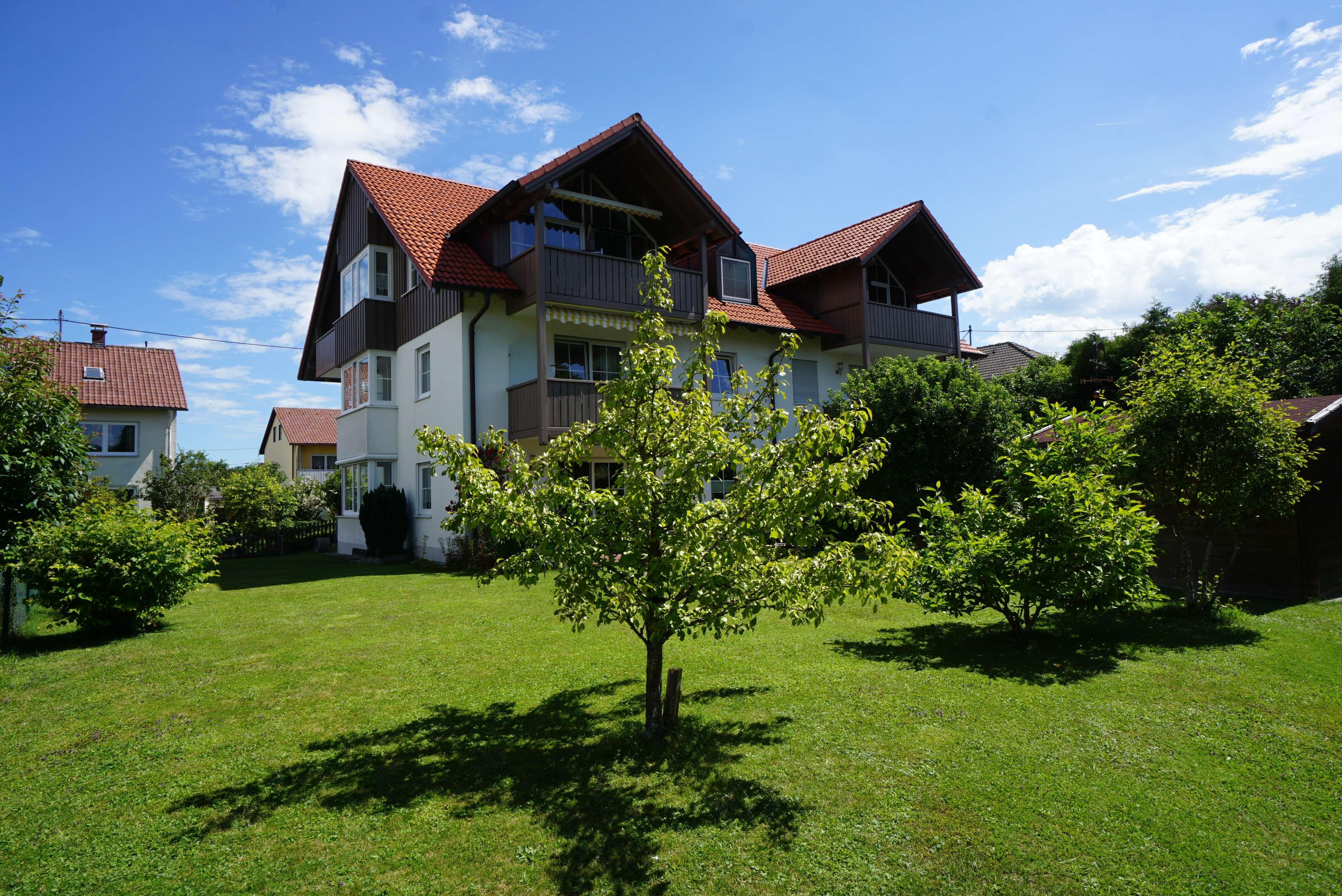 RESERVIERT - Schöne, helle 2-Zimmer-Dachgeschosswohnung mit 2 Balkonen, Einbauküche, TG-Stellplatz in