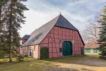 Fachwerkhaus mit Scheune auf großem