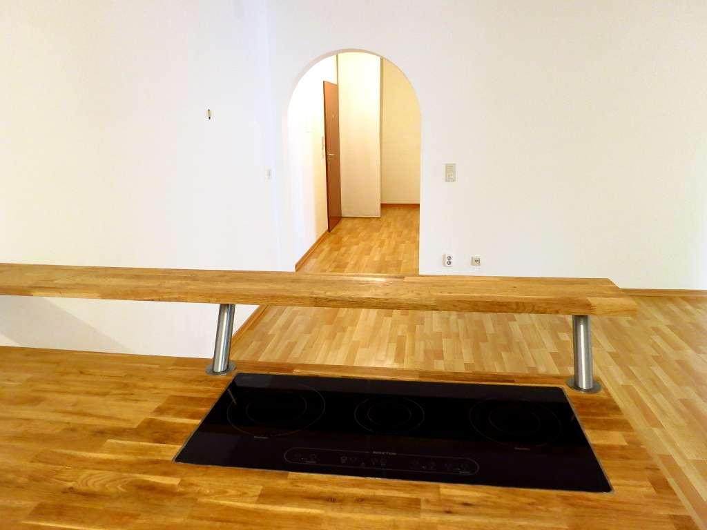 Großzügig geschnittene Etagenwohnung mit großem überdachten Ostbalkon in