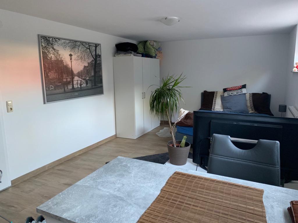 vollst ndig renovierte 1 zimmer wohnung mit einbauk che in. Black Bedroom Furniture Sets. Home Design Ideas