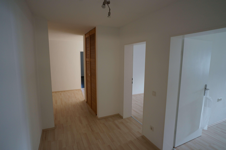 Erstbezug nach Sanierung: 4-Zimmer-Wohnung mit großzügiger Loggia und Garage in