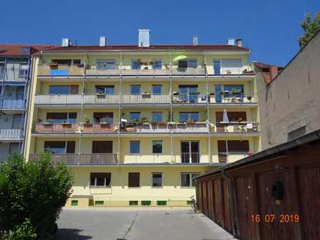 Gepflegte Wohnung mit drei Zimmern sowie Balkon und Einbauküche in St. Johannis (Nürnberg)