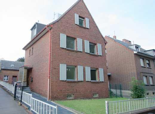 Alt Hürth, Zweifamilienhaus mit Anbauten auf einem 624 qm Grundstück am Heidehang gelegen