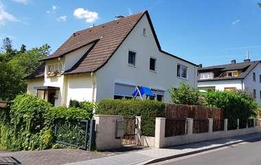Solides 2-Familienhaus in guter, ruhiger Wohnlage von Bergen-Enkheim.