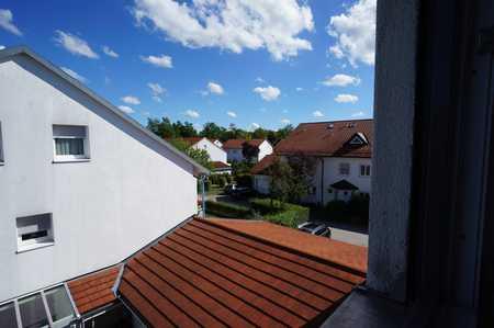 Zentral und ruhig: Erstbezug im DG mit EBK und Balkon in Poing
