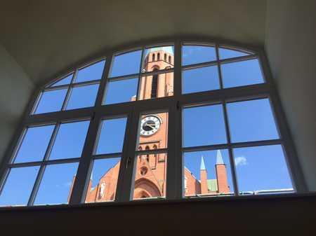 Zauberhaftes Penthouse-Zimmer mit großem Atelierfenster und Panoramablick auf den Johannisplatz. in Haidhausen (München)