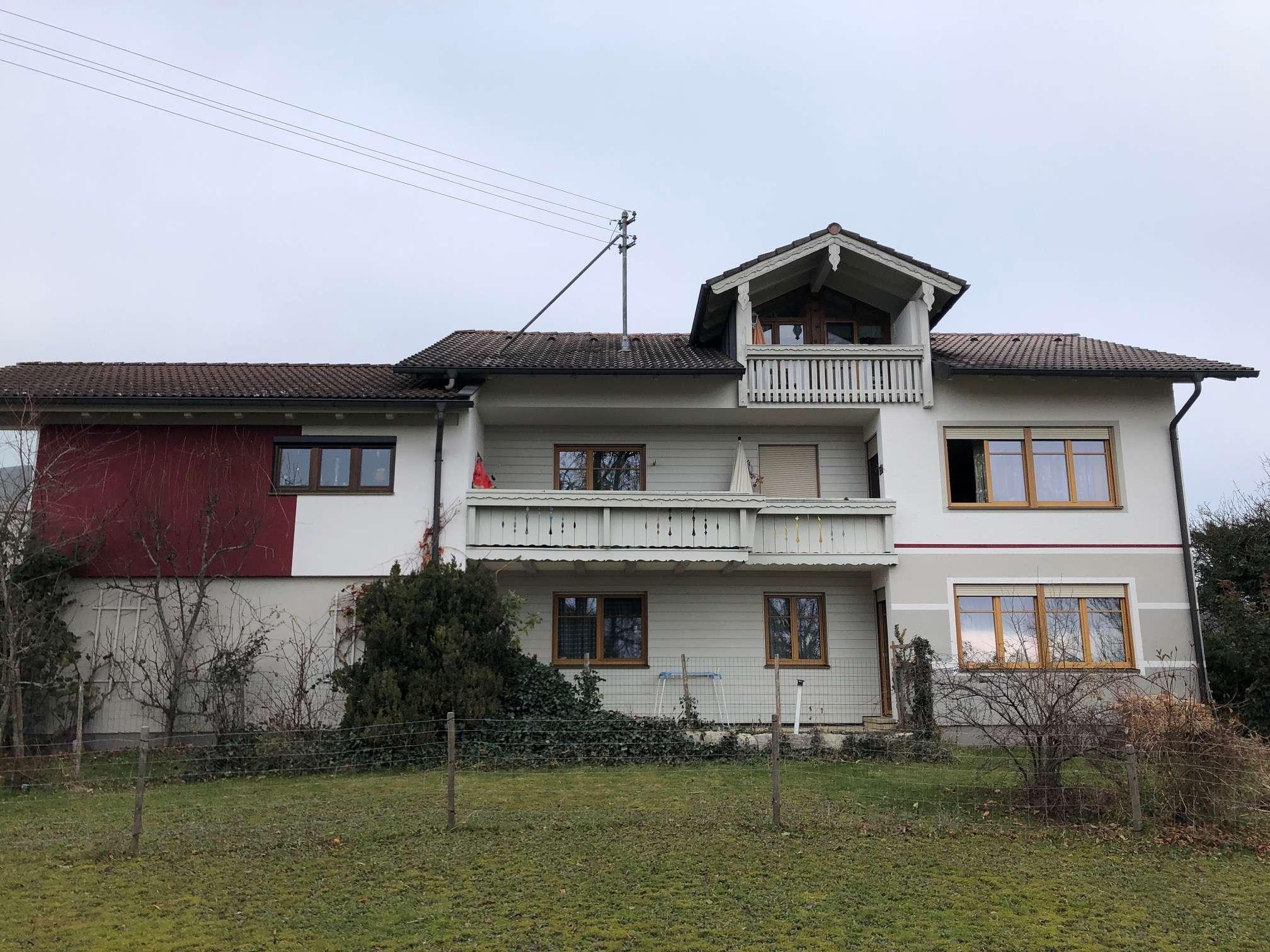 Gepflegte 2-Raum-DG-Wohnung mit Balkon und Einbauküche in Vogtareuth in