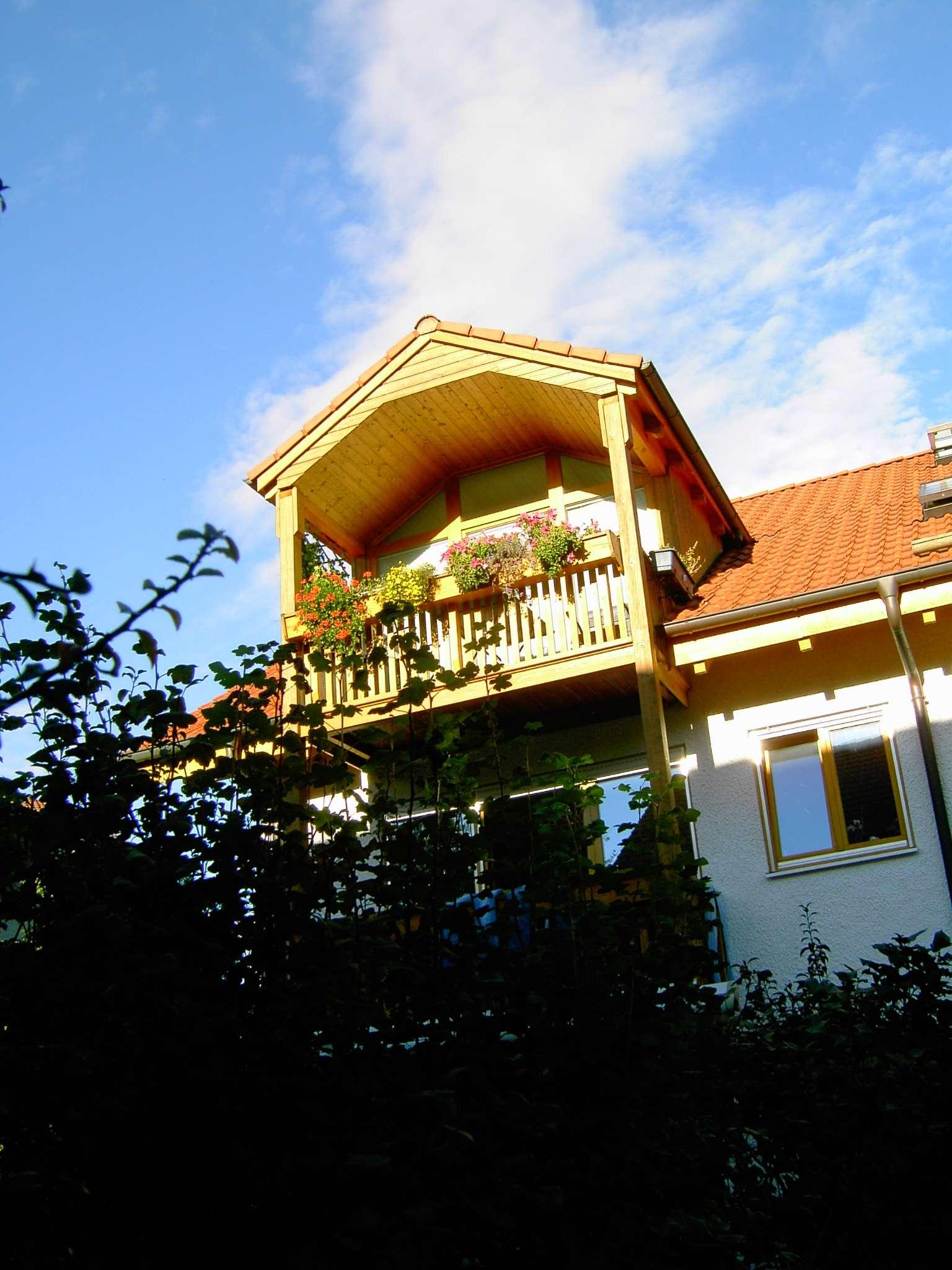 Ein Traum in weiß:  Hochwertige 2,5-Zimmer-DG-Wohnung mit 2 Balkonen u. Einbauküche in Vaterstetten in