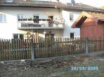 Großes Haus mit kleinem Garten