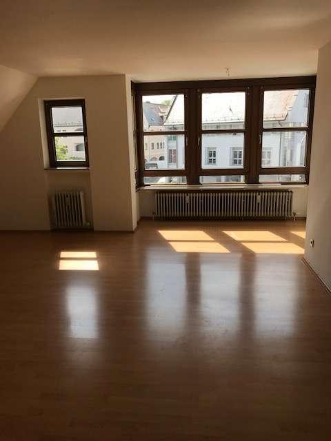 Vollständig renovierte 3-Raum-Dachgeschosswohnung mit Einbauküche in Neuburg in