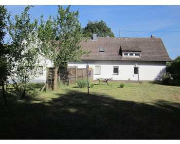 Doppelhaus (zwei Reihenhaushälften) mit großem Grundstück in Giesdorf