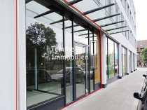 Modernes Ladenbüro inklusive großen Schaufenstern