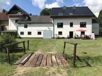 2 Einfamilienhäuser mit Bachlauf im