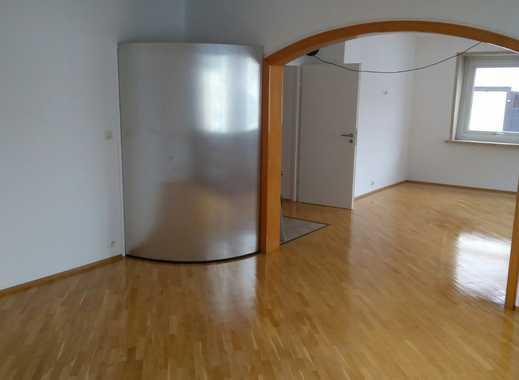 Vollständig renovierte 2-Zimmer-Wohnung mit Balkon und EBK in Bad Vilbel