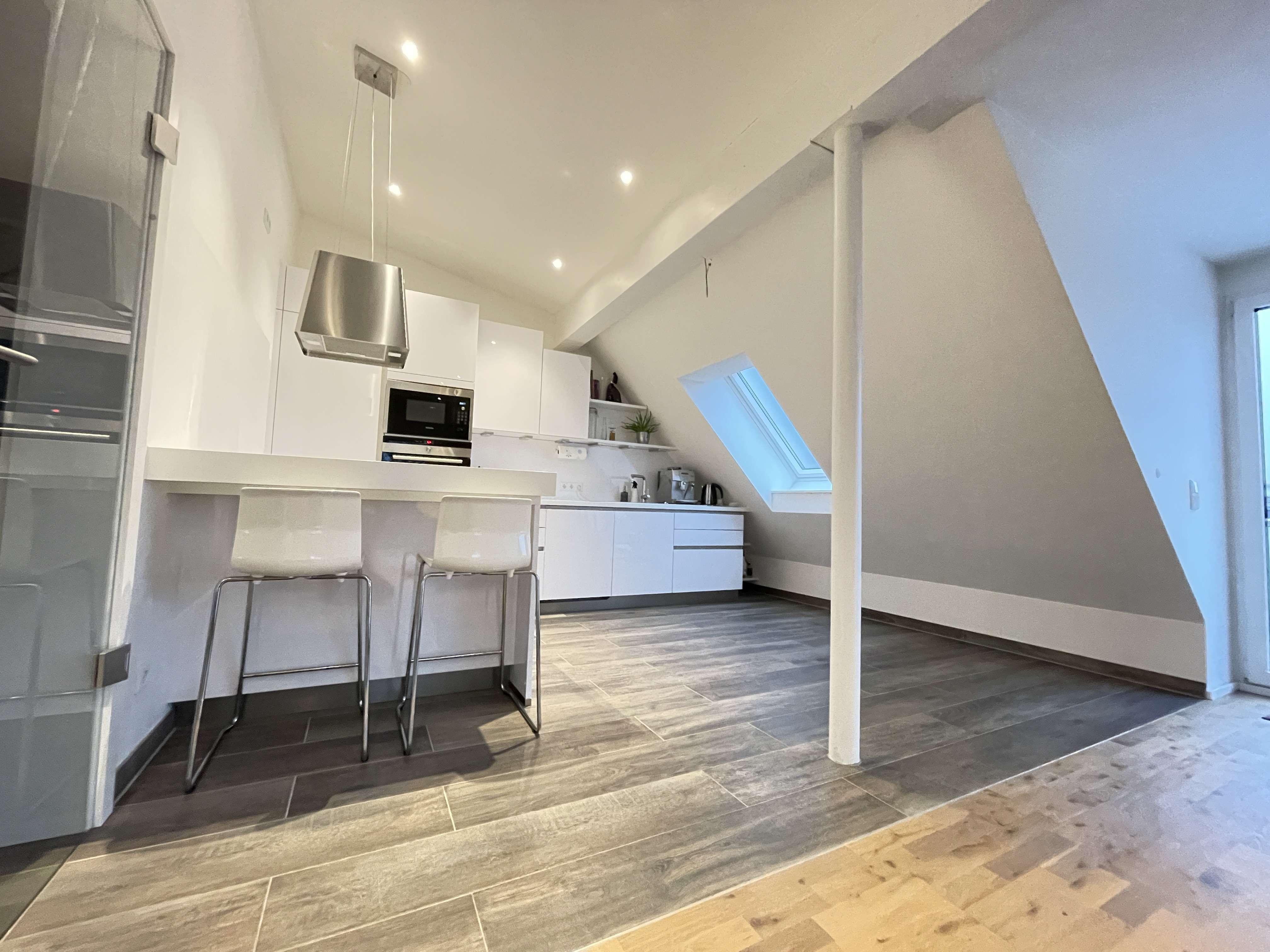 Exklusive 2-Zimmer-Dachgeschosswohnung mit Balkon und EBK in Vaterstetten in