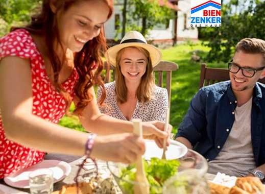 Grillen mit Freunden im eigenen Garten
