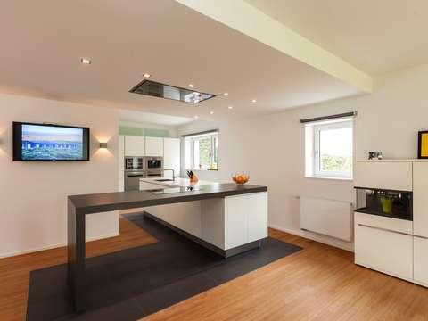Moderne, luxuriöse Bauhaus-Wohnung mit außergewöhnlicher Küche und ...