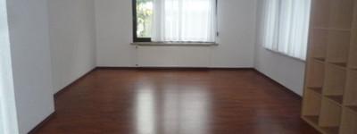 Helle 2,5 Zimmer-Wohnung mit Freisitz und Garten nah am Zentrum für Singles oder Paare