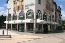 Eckladen mit Schaufenstern zur Fußgängerzone