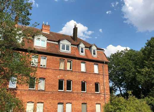 Kernsanierte, helle und schöne 4 Zimmer DG Wohnung am Schloss mit Garten