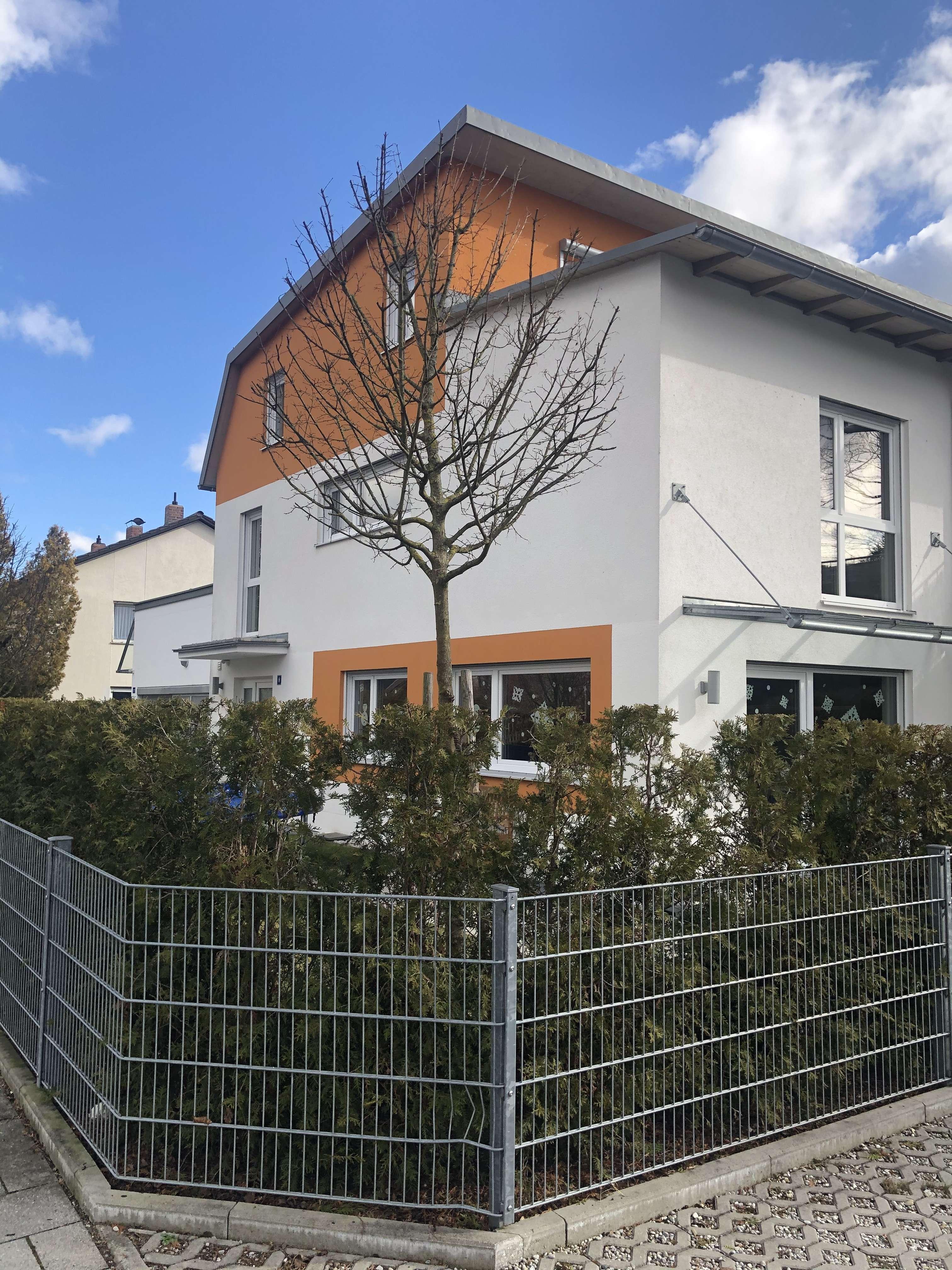 Großzügiges Wohnen: Haus im Haus (KG-DG) mit separatem Eingang in kleiner Wohnanlage in Germering (Fürstenfeldbruck)