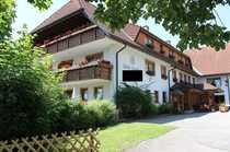 Komfortable Hotelanlage mit zwei Gebäudetrakten