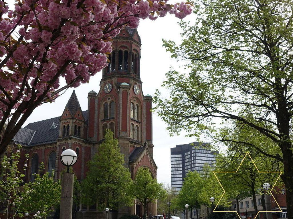 Im Hintergrund das Rathaus