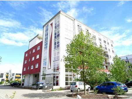 Gepflegte 2-Raum-Wohnung mit Terrasse, PKW- Abstellplatz und Einbauküche in Neu-Ulm in Neu-Ulm (Neu-Ulm)