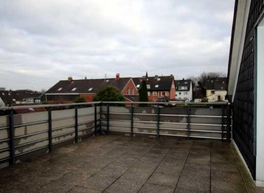 Frisch renovierte Dachgeschosswohnung mit ca. 72 m² Wfl., 2 Zi., Einbauküche und großer Dachterrasse