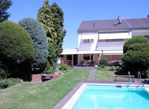 Familienfreundliche Doppelhaushälfte mit sechs Zimmern, sonnigem Garten, Pool, Garage. Ruhige Lage