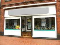 Interessantes Ladengeschäft mit großen Schaufenstern