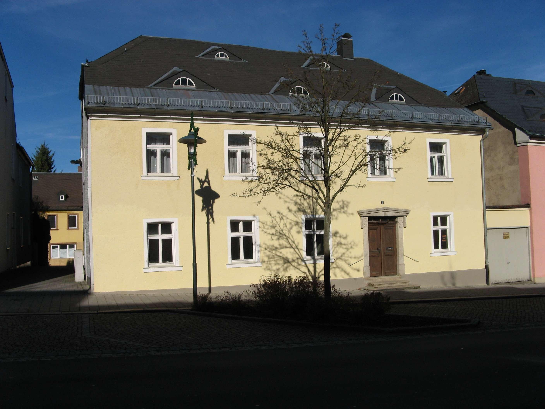 Neuwertige 2-Raum-EG-Wohnung + große Wohnküche mit EBK + Bad im Stadtzentrum von Rehau in
