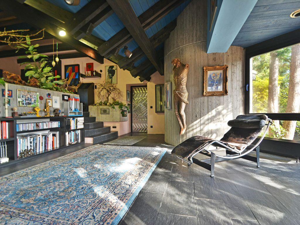Luxuriös Wohnen In Exklusivster Lage: Architektenvilla Mit Großzügigem  Außenpool.