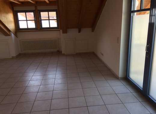 Helle Dachgeschosswohnung mit kleinem Balkon ab 1. Juni zu vermieten