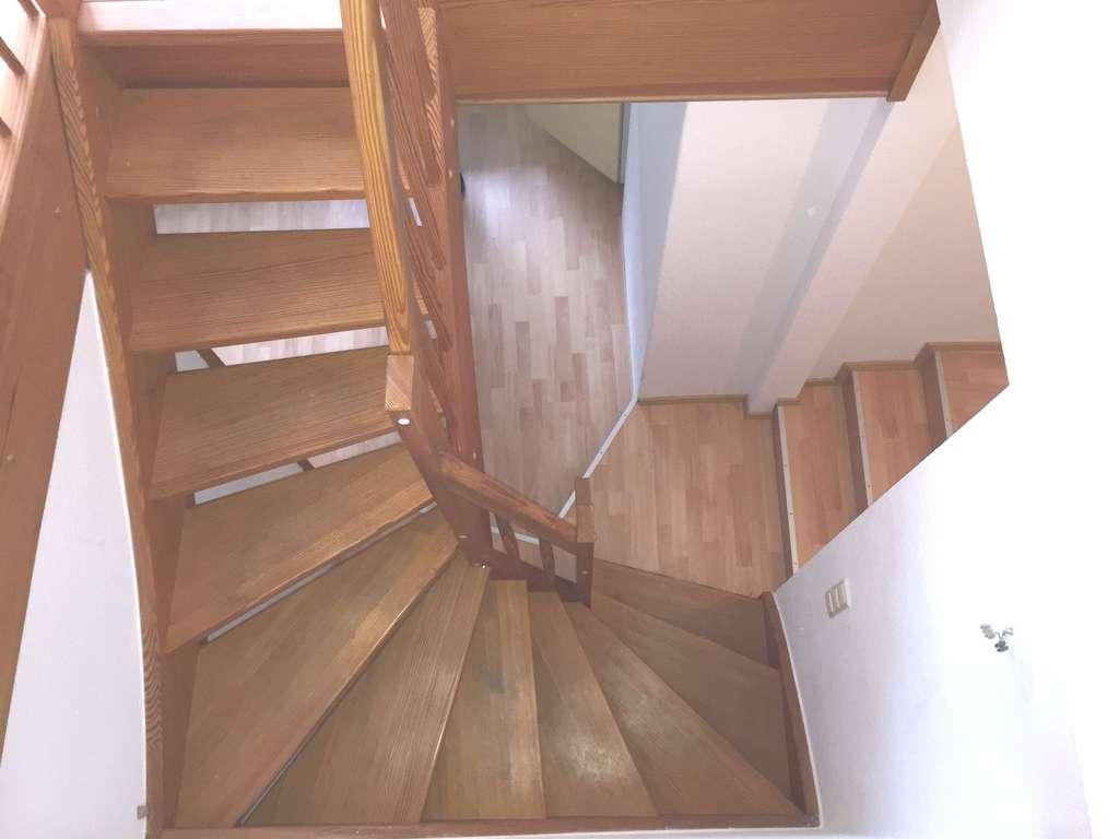 Treppe zwischen den Ebenen