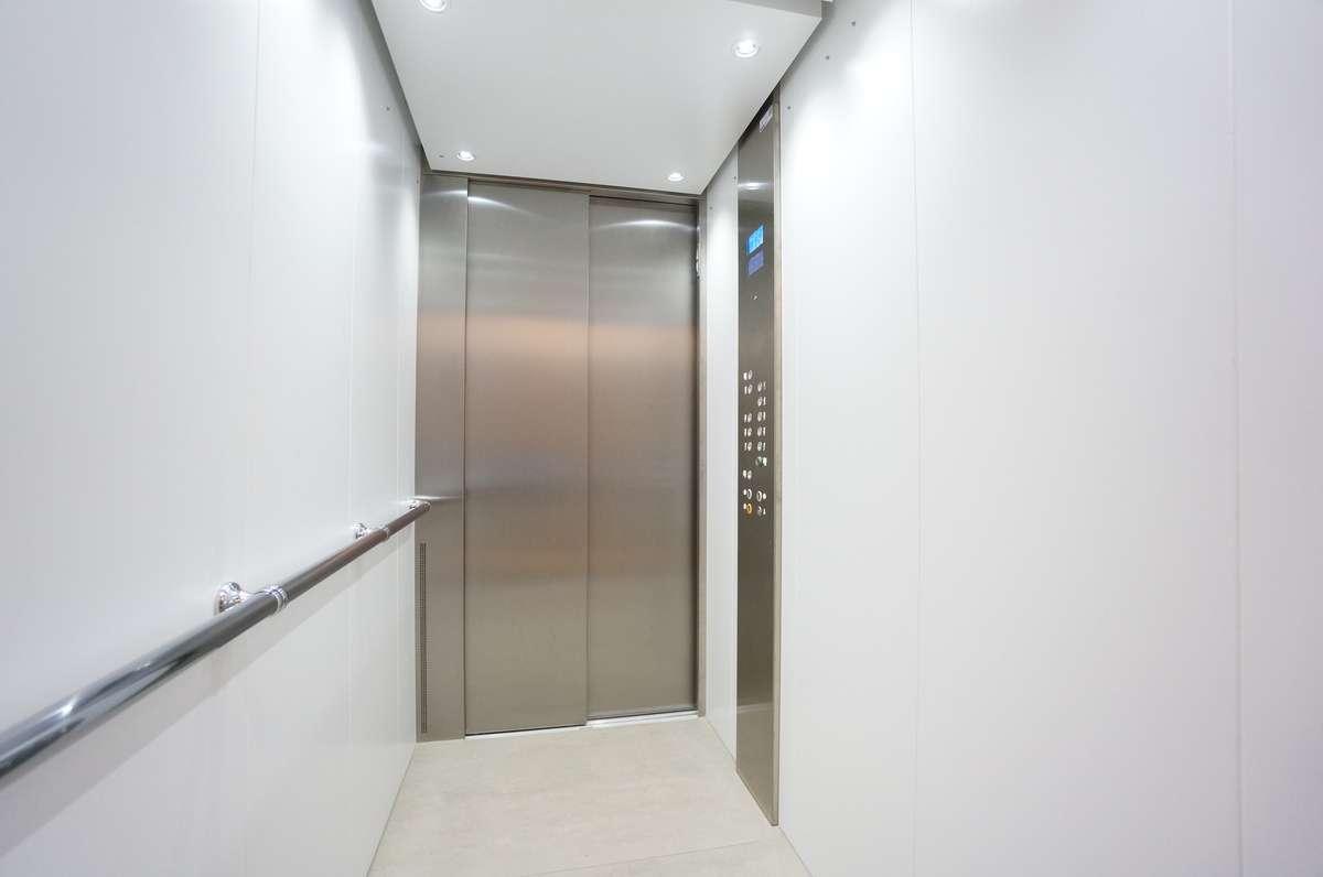 Aufzug mit Zutrittskontrolle