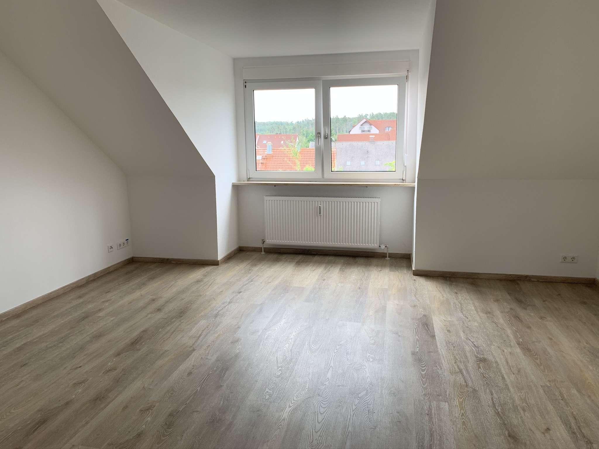 Erstbezug nach Sanierung: Helle 3-Zimmer-Wohnung im DG mit gehobener Ausstattung in Roth in