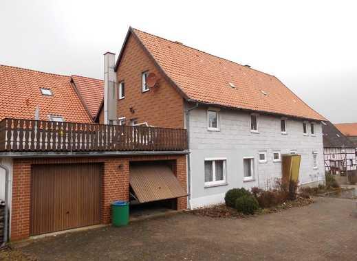 Geräumiges Bauernhaus mit Doppelgarage, Dachterrasse und Wiesenstück am Südhang