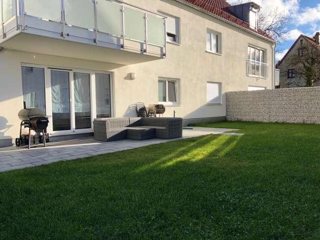 E & Co. - Neuwertige, gut geschnittene 2-Zimmer Wohnung mit großem Südwestgarten und TG-Stellplatz in Schönbrunn (Landshut)
