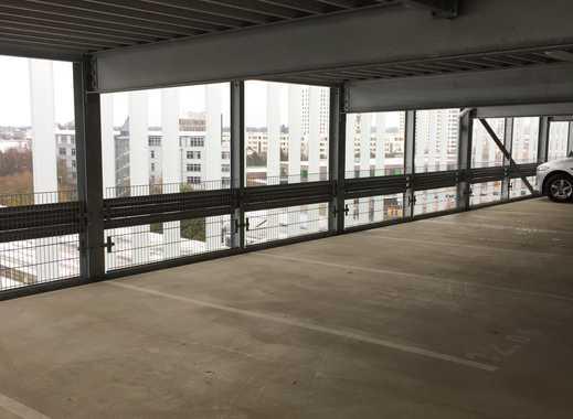 KFZ-Stellplätze in modernem und hellem Parkhaus in Obersendling