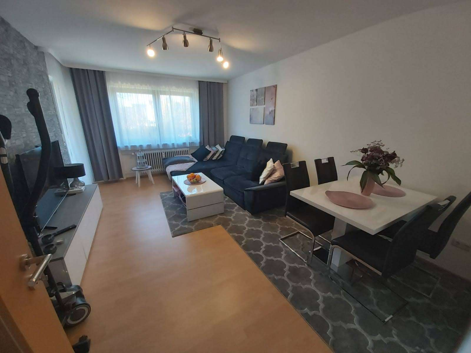 Stilvolle, modernisierte 2-Zimmer-Wohnung mit Balkon und Einbauküche in Augsburg in