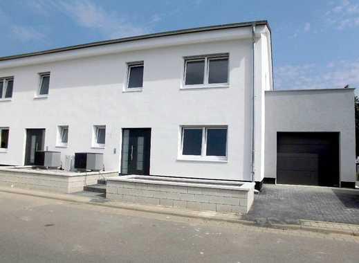 NEUBAU ERSTBEZUG! 4-Zi-Doppelhaushälfte mit Terrasse, Garage, Balkon & Garten in naturnaher Lage