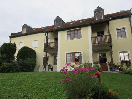 BAD GRIESBACH: Ruhige 2-Zimmer-Wohnung mit TG-Stellplatz, Balkon und Gartenanteil in Bad Griesbach im Rottal