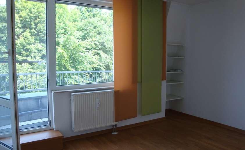 Zimmer mit kleinem Balkonon