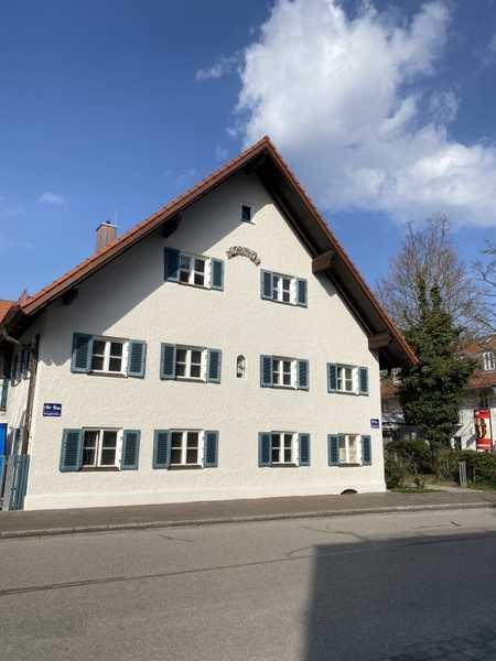 Alt trifft neu. Schöne, geräumige zwei Zimmer Dachgeschosswohnung in München, Großhadern in Hadern (München)