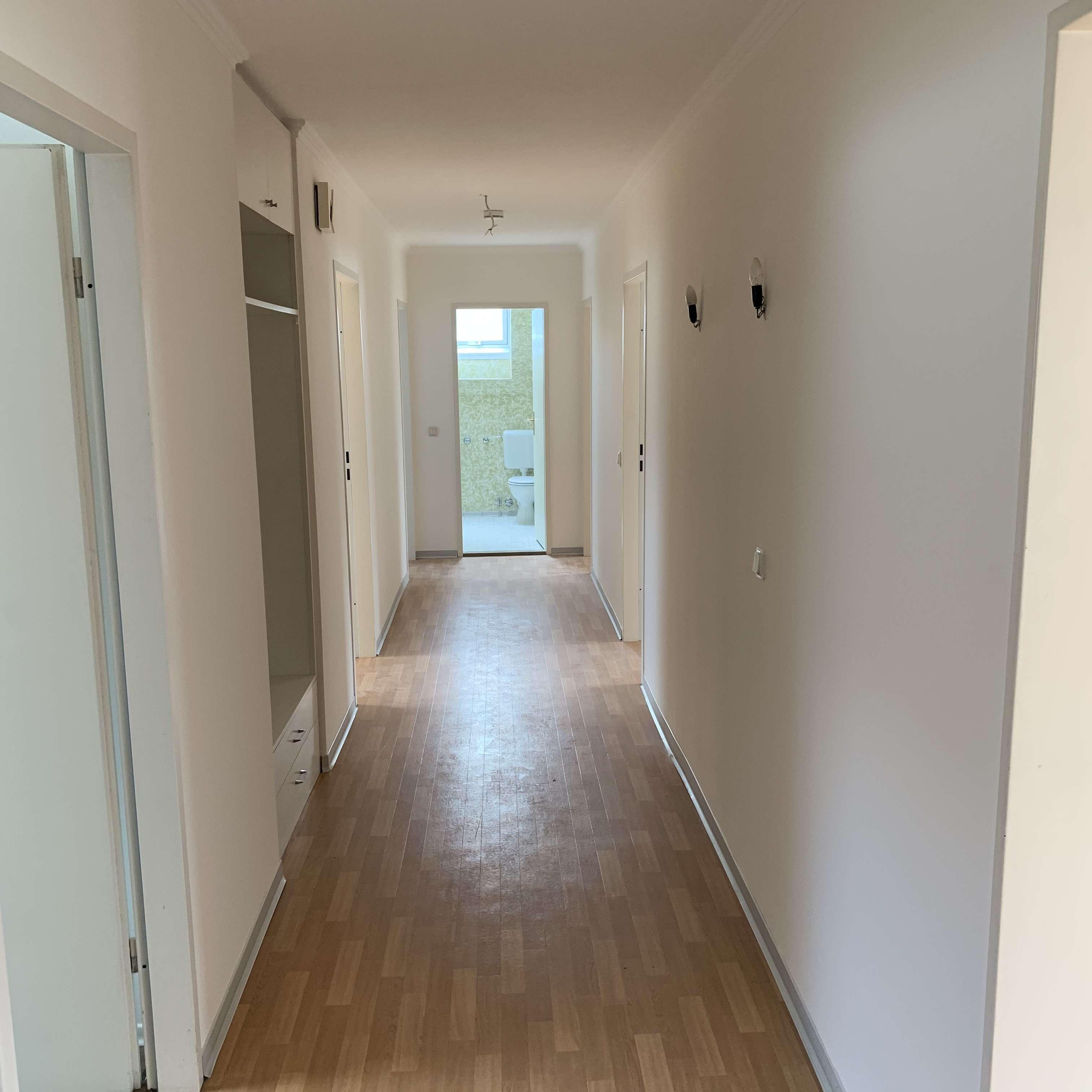 Vollständig renovierte 4-Zimmer-Dachgeschosswohnung mit Balkon und EBK im Zentrum von Cham in
